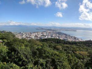 Vista da Grande Florianópolis no mirante do Morro da Cruz, centralizando nas áreas central e continental, com as 2 baías aparecendo nas laterais.