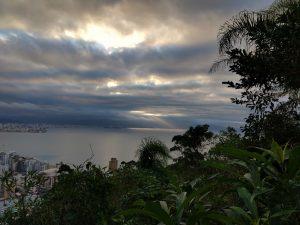 Vista do por-do-sol entre nuvens, em um mirante do Parque voltado à Baía Norte. Foto: Yan Zechner.